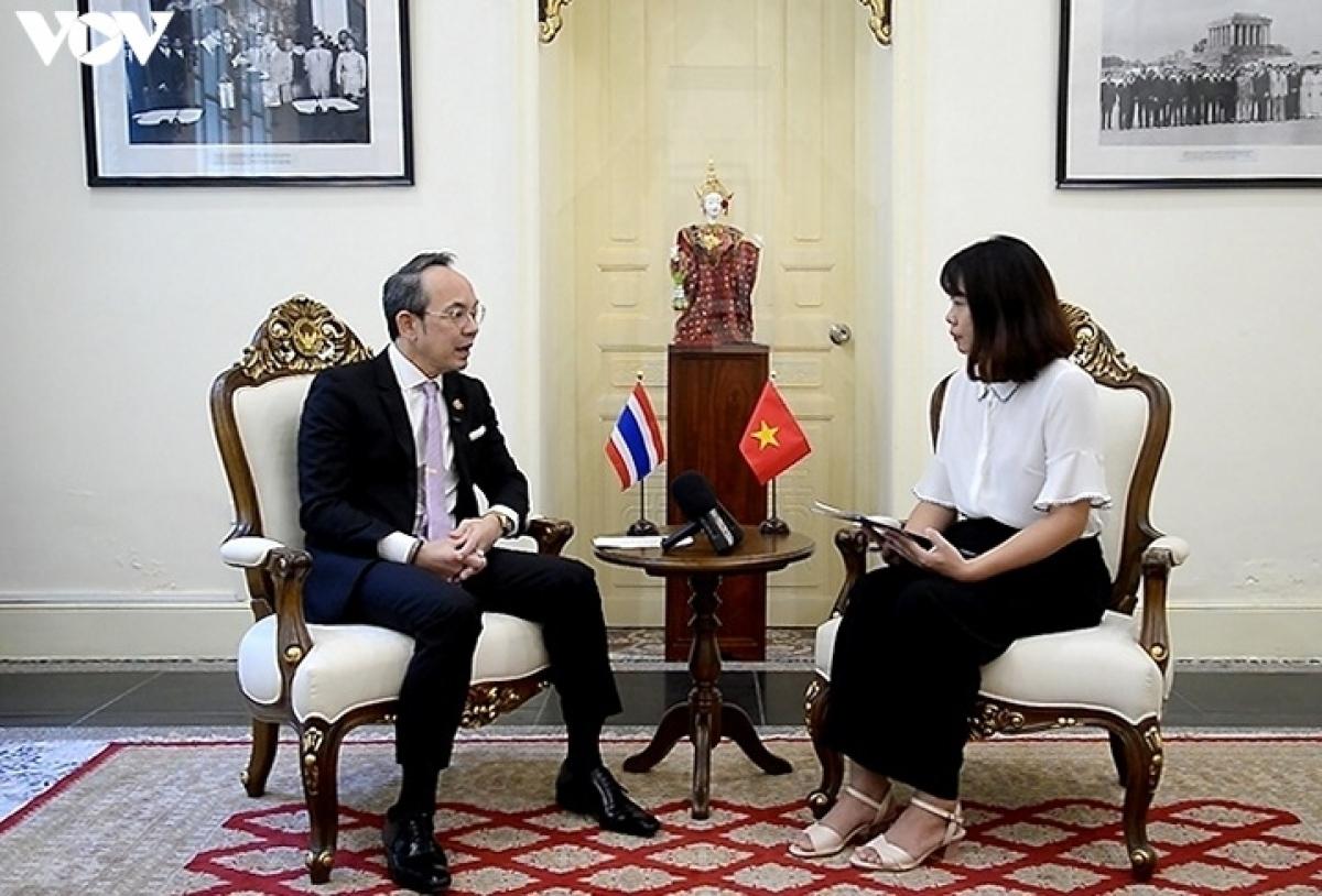 Đại sứ Nikorndej Balankura trả lời phỏng vấn của phóng viên VOV