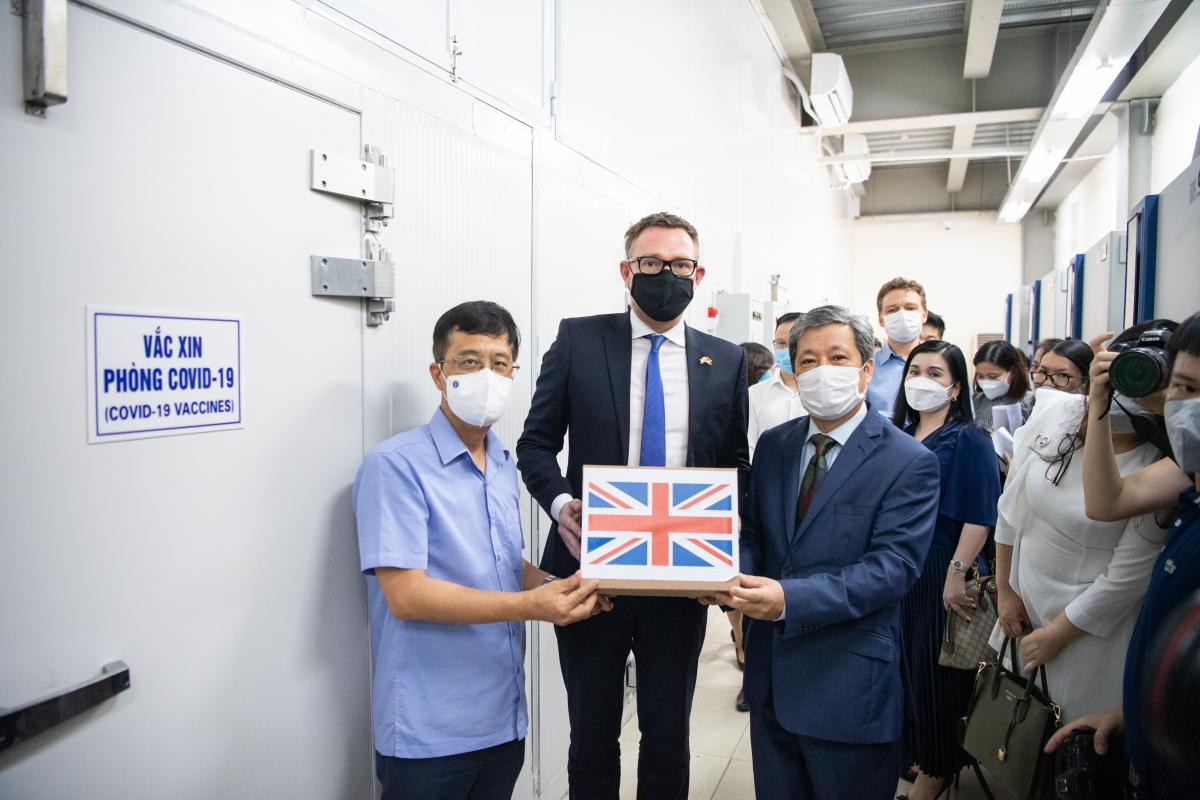 David McNaught, the counsellor of the Embassy of the United Kingdom of Great Britain and Northern Ireland in Vietnam, hands over the vaccines to the representative from the Vietnamese Ministry of Health. (Photo: UK Embassy)