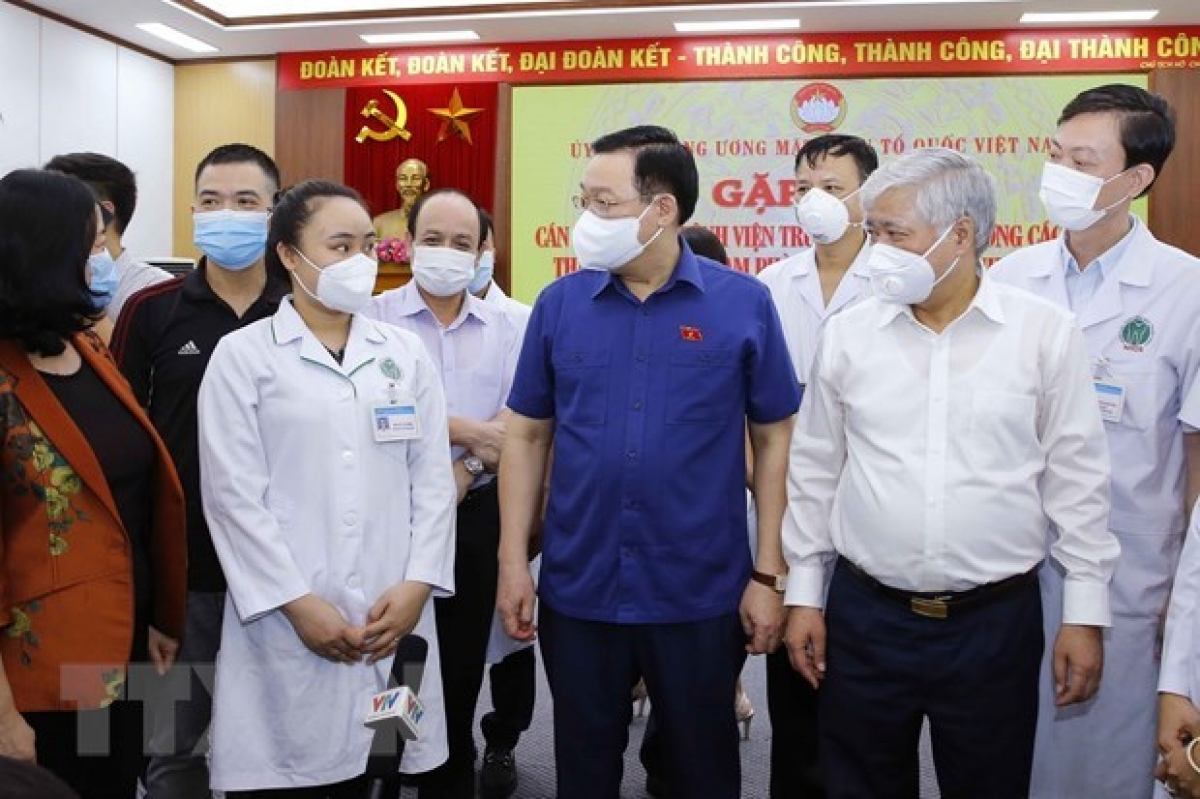 National Assembly Chairman Vuong Dinh Hue (in dark blue shirt) at the meeting with doctors volunteering to join the COVID-19 fight in southern localities. (Photo: VNA)