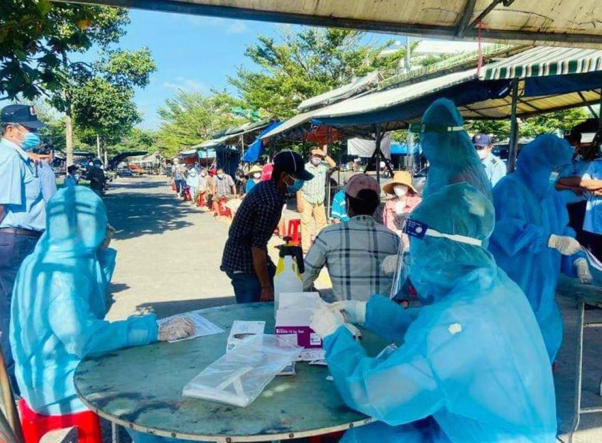 Lấy mẫu xét nghiệm Covid-19 tại huyện Long Thành (Ảnh: Trung tâm Kiểm soát bệnh tật tỉnh Đồng Nai)