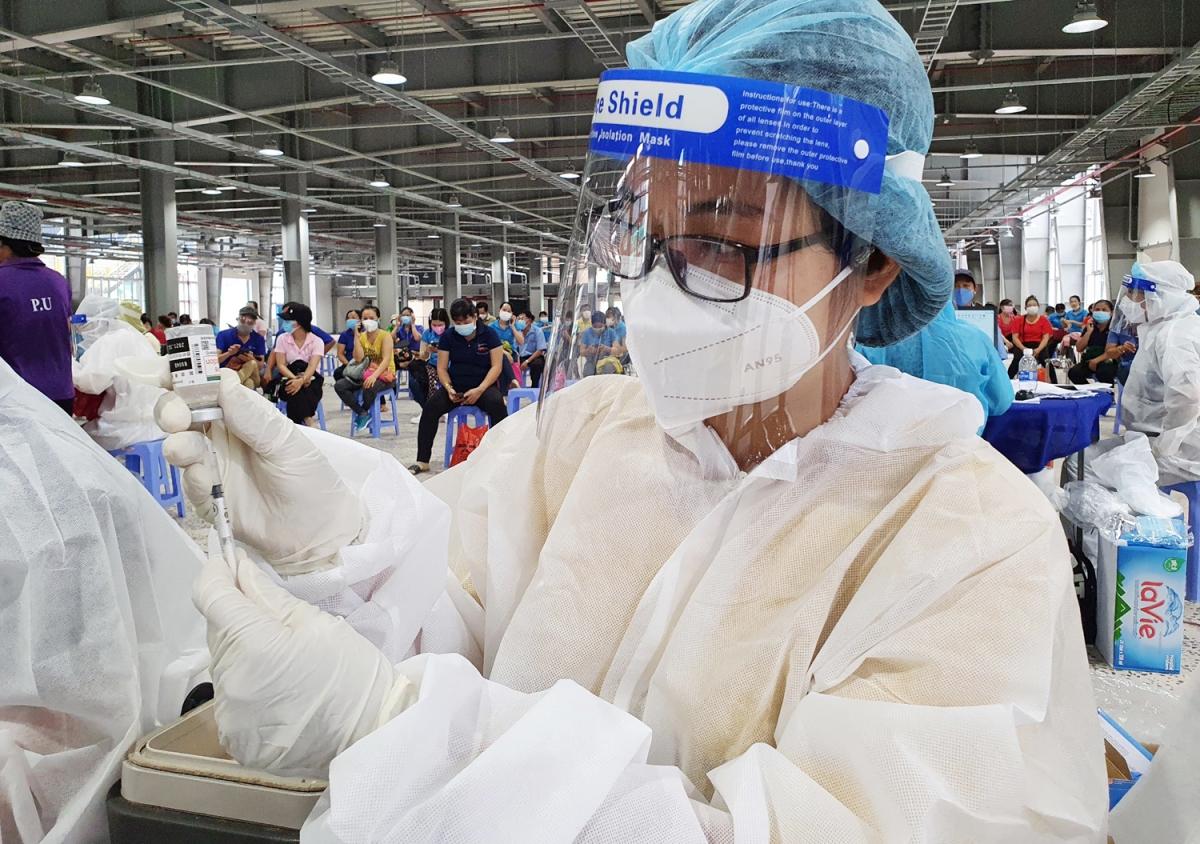 Tiêm vaccine Covid-19 tại Công ty Changshin, huyện Vĩnh Cửu (Ảnh: Trung tâm Kiểm soát bệnh tật tỉnh Đồng Nai)