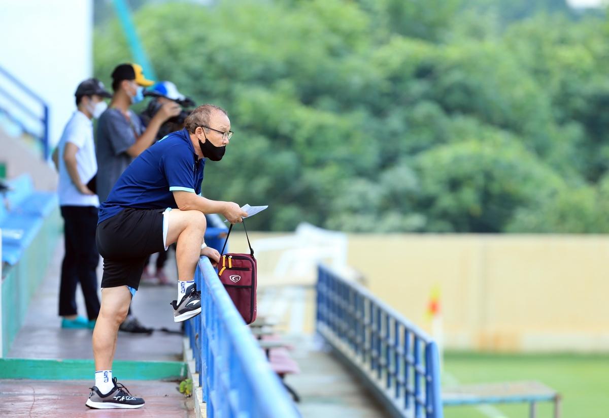 HLV Park Hang Seo chăm chú quan sát học trò tập luyện (Ảnh: VFF).