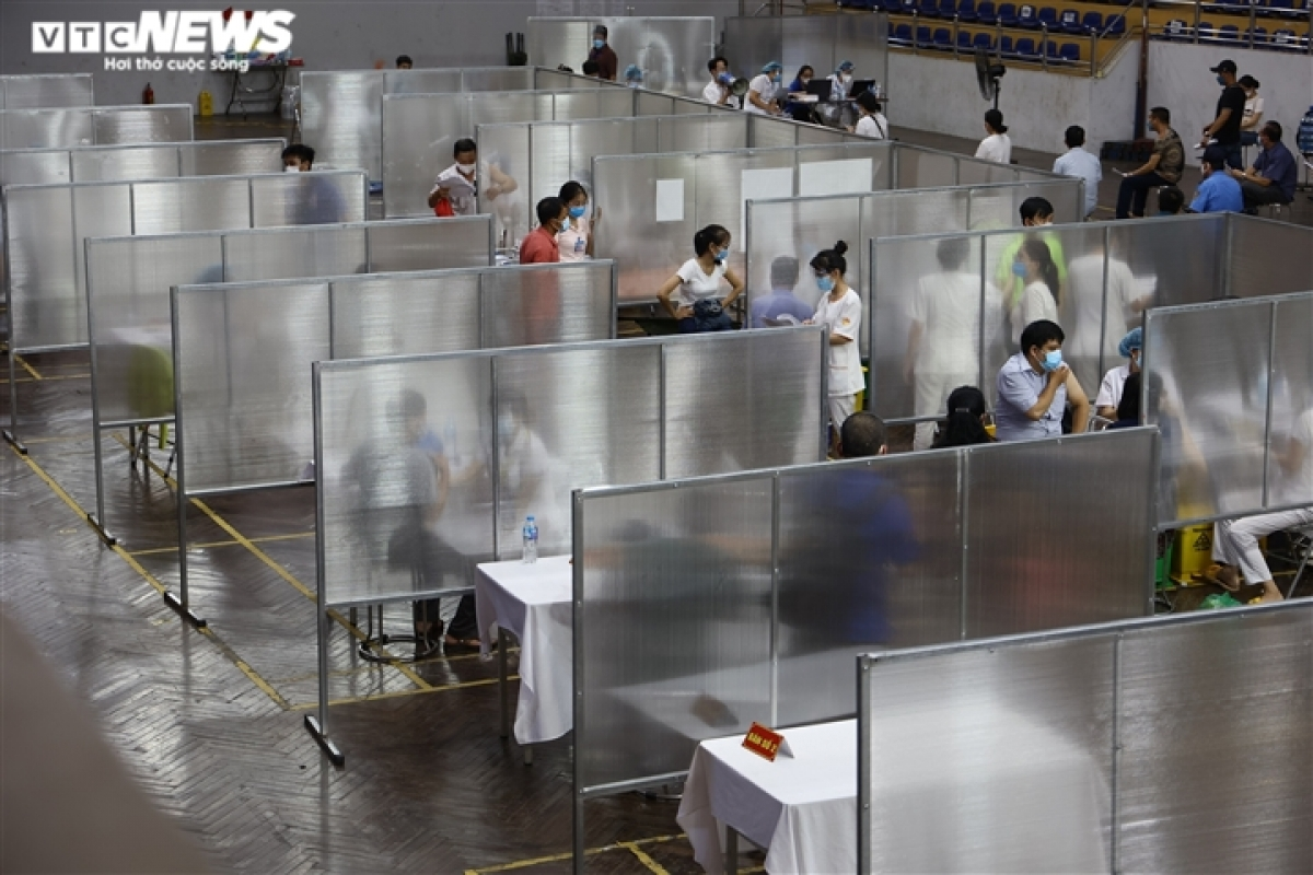 Trinh Hoai Duc competition hall is one of 10 inoculation sites set up around Dong Da district in early August.