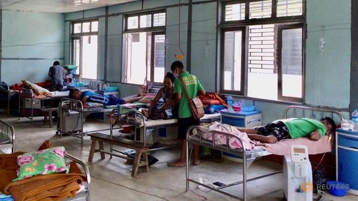 Các bệnh nhân đang điều trị Covid-19 tại bệnh viện ở Cikha, Myanmar. Ảnh: Reuters