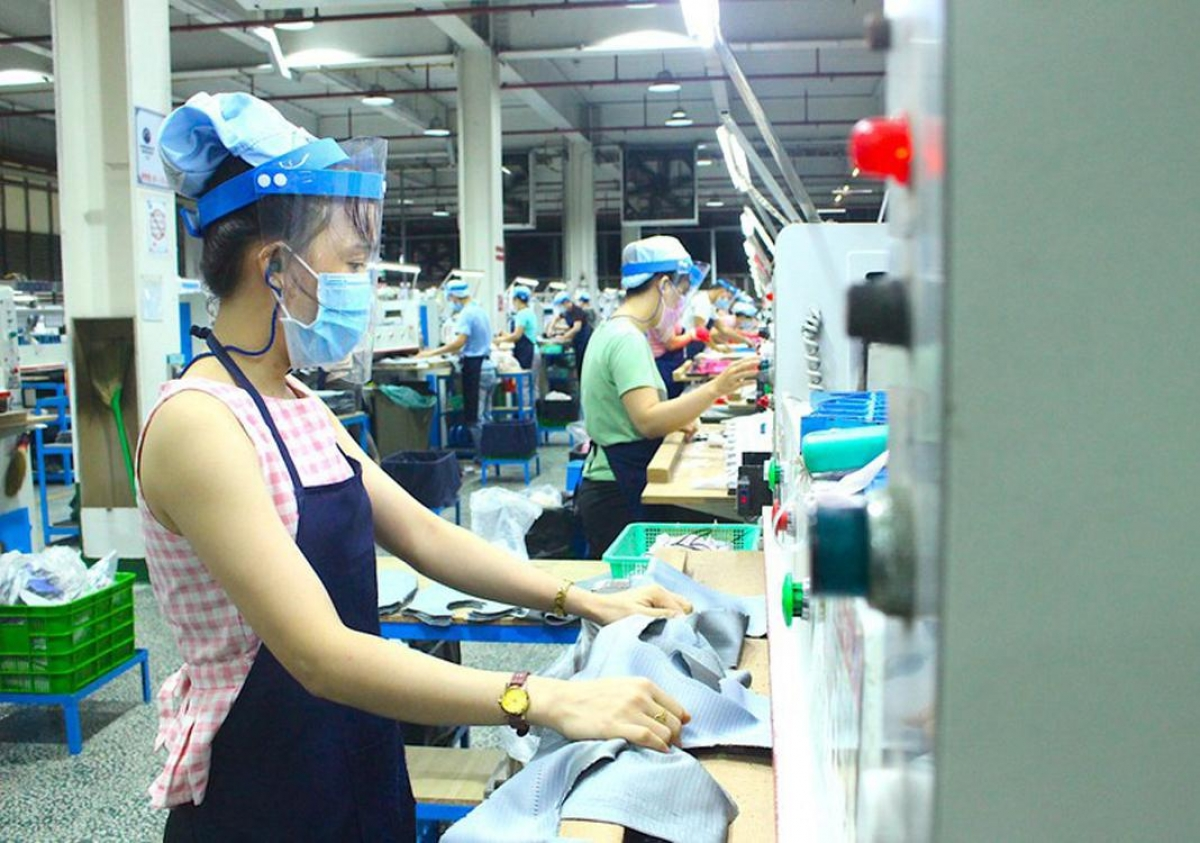 Employees are at work at a garment firm. Vietnam's COVID-19 outbreak poses a setback to recovery, according to Fitch Ratings (Photo: PLO)