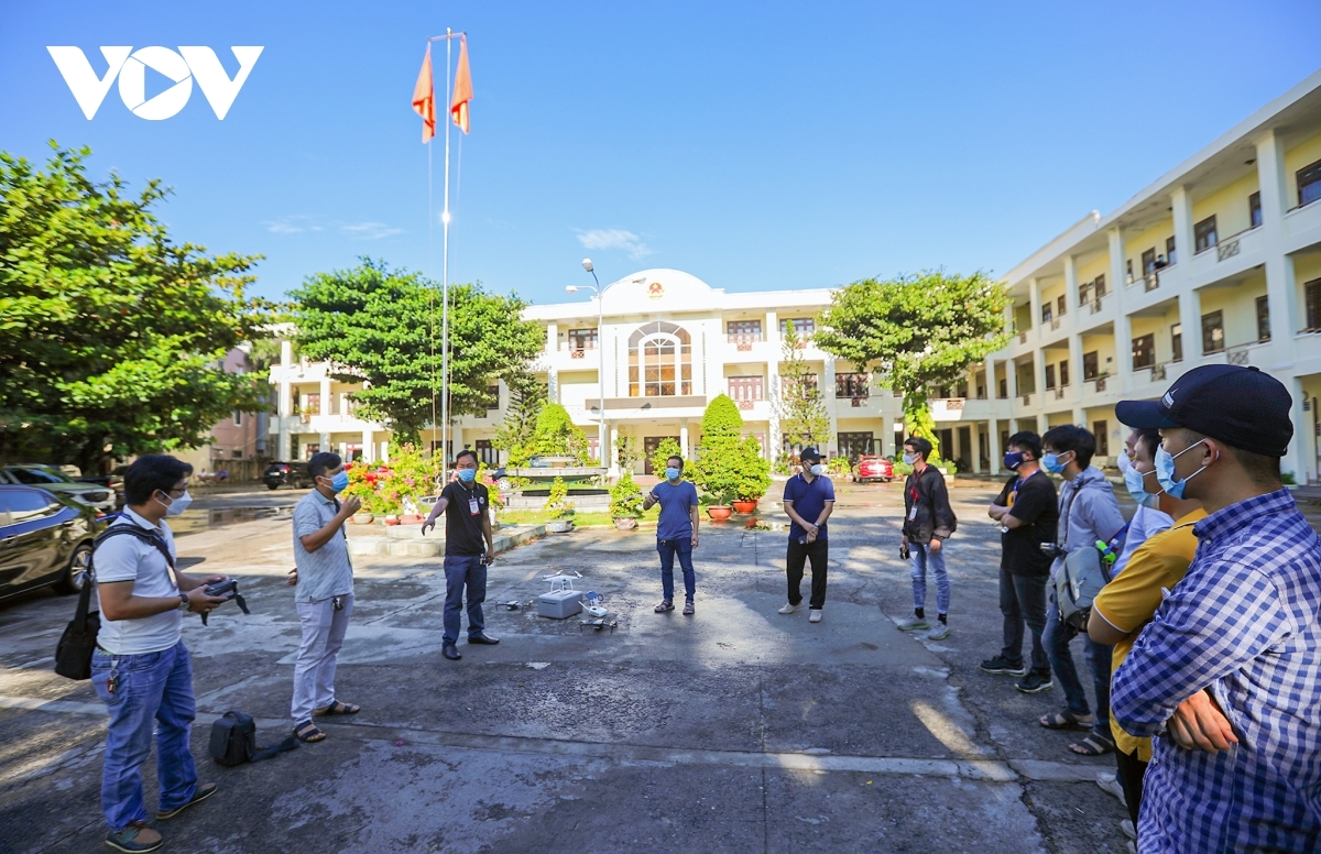 The administration of Hai Chau district mobilises 14 drones aimed at monitoring residents in high-risk areas, including Hoa Thuan Dong, Binh Hien, and Thach Thang wards.