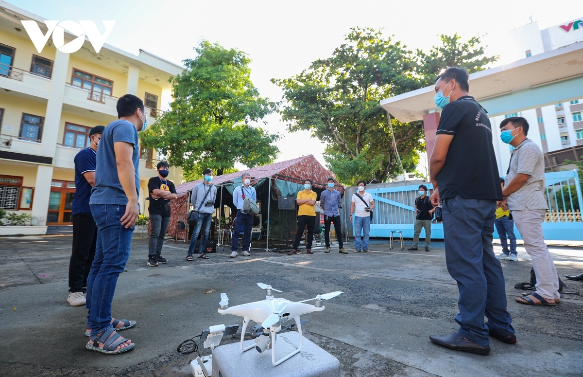 Local authorities hold a meeting with the Da Nang club to discuss how best to check pandemic control measures throughout the city by using flycams.
