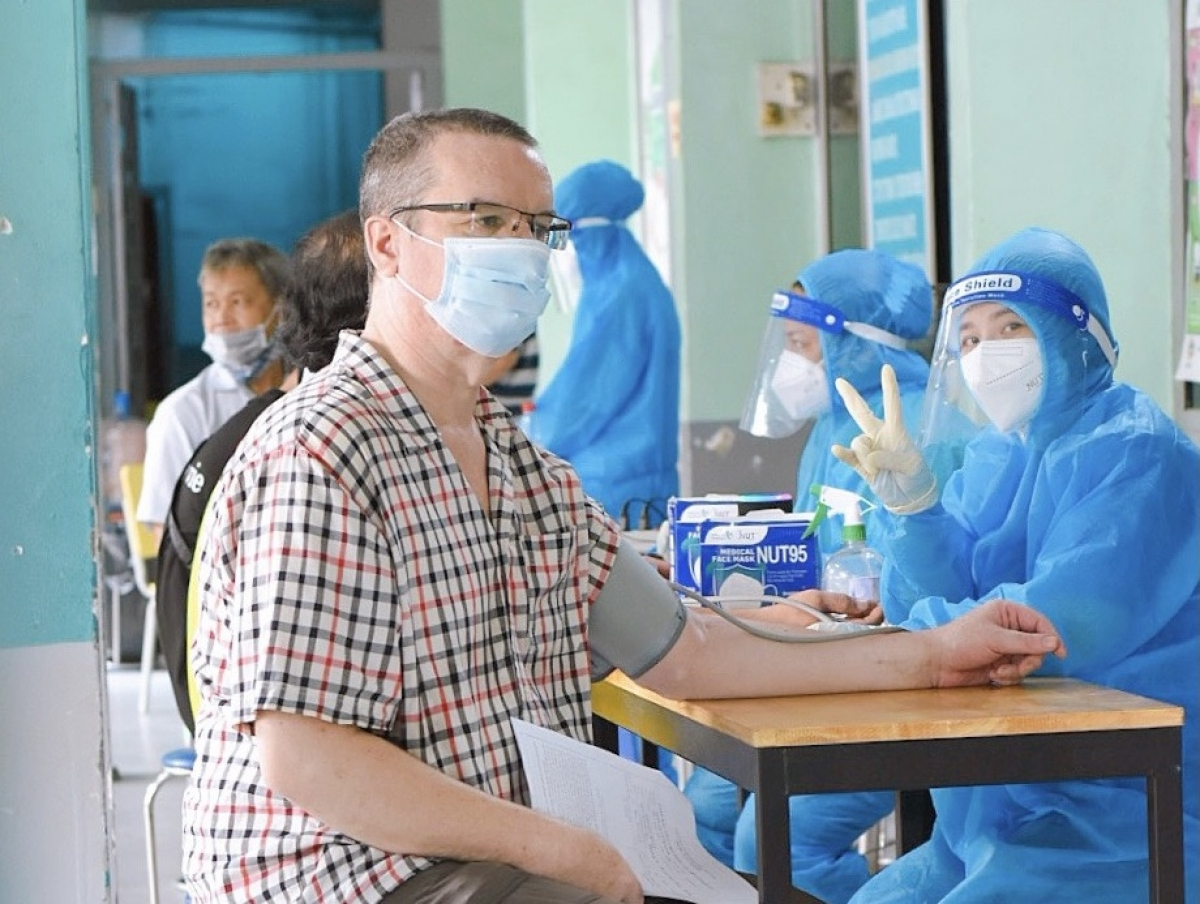 Approximately 18,000 foreigners from 106 countries and territories globally who are currently residing in District 7 will have the chance to receive an injection to protect themselves from the virus. So far, 50% of them have been vaccinated against COVID-19.