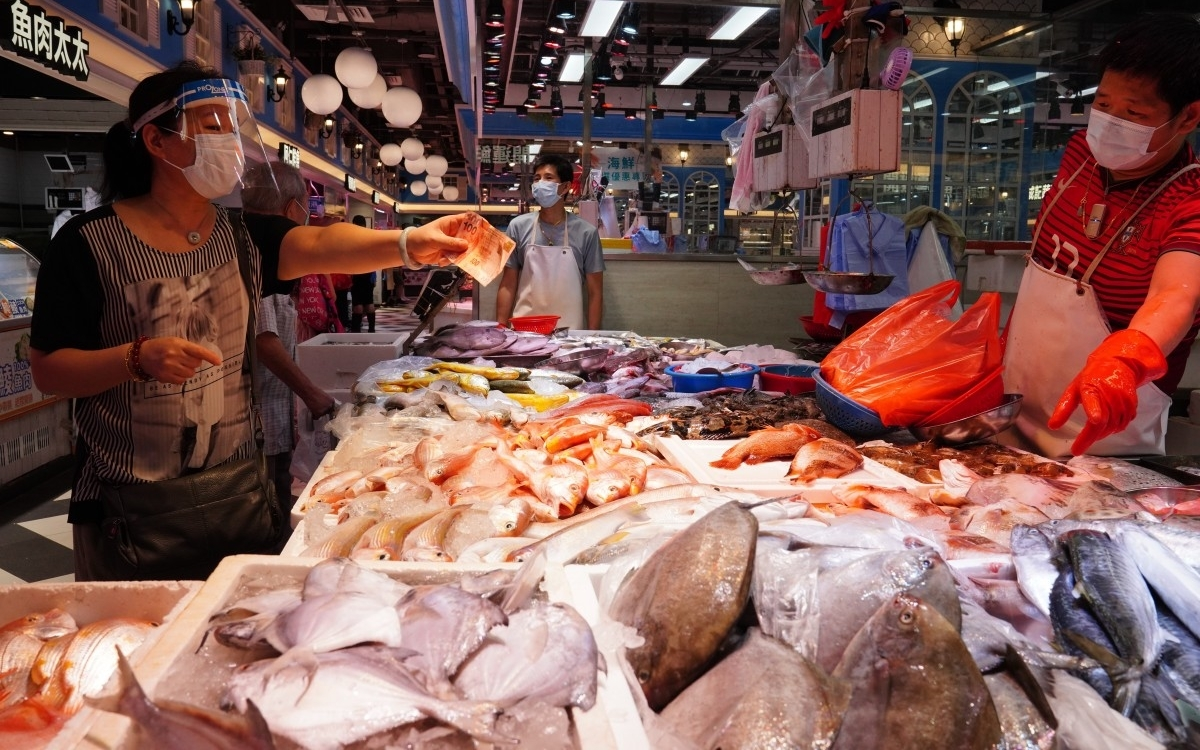 Góc bán cá ở chợ Hong Kong. Ảnh: SCMP.