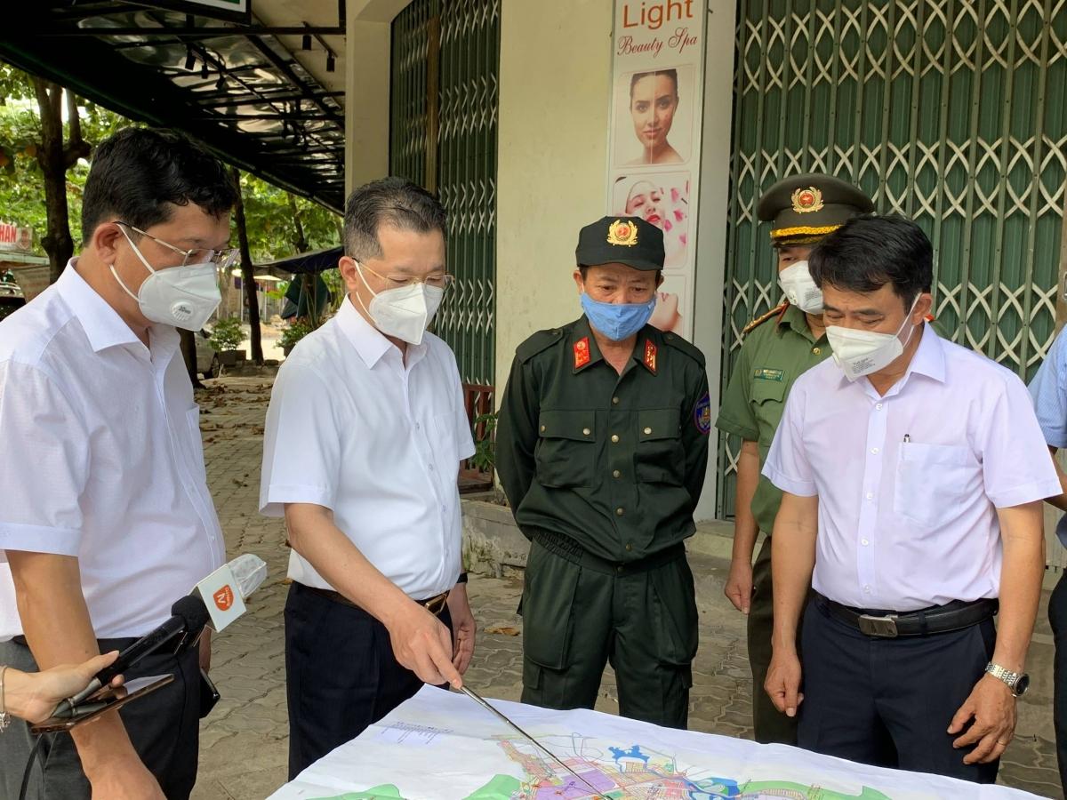 Ông Nguyễn Văn Quảng (người chỉ bản đồ) Bí thư Thành ủy Đà Nẵng đánh giá cao cách làm của quận Liên Chiểu