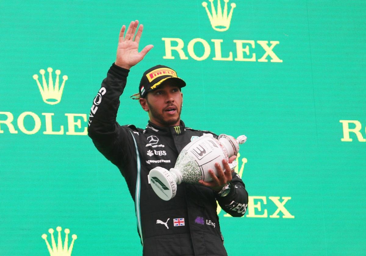 Hamilton trên bục nhận giải thưởng ở chặng đua Hungary ngày 1/8. (Ảnh: Reuters).