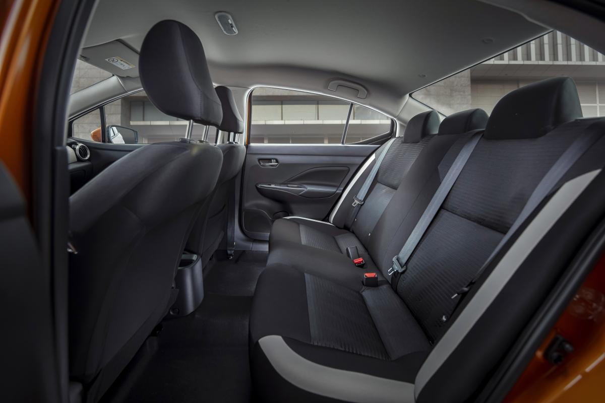 Ngoài ra,Almera vẫn giữ được lợi thế của các dòng xe Nissan với kích thước lớn và rộng rãi. Khoảng để chân hàng ghế thứ 2 rộng rãi hàng đầu phân khúc, lên tới 620mm. Khoang hành lý với sức chứa lên tới 482L.