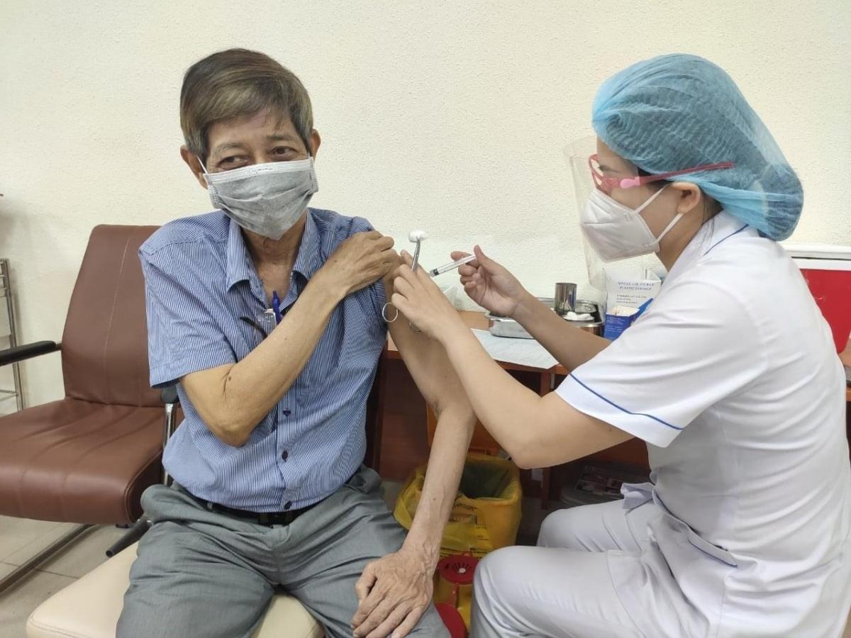 Bệnh viện Nhân dân Gia Định tiêm vaccine cho người trên 65 tuổi.