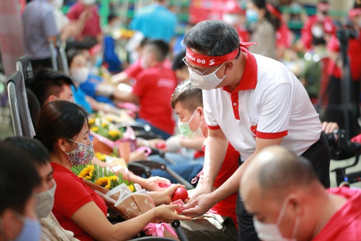 Tại Hà Nội hay Sơn La thì người dân đều phấn khởi đi hiến máu để cứu giúp người bệnh đang rất cần.