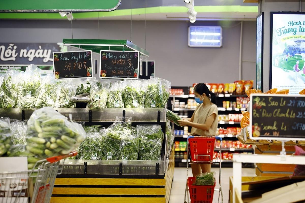 Khách hàng mua sắm tại siêu thị VinMart