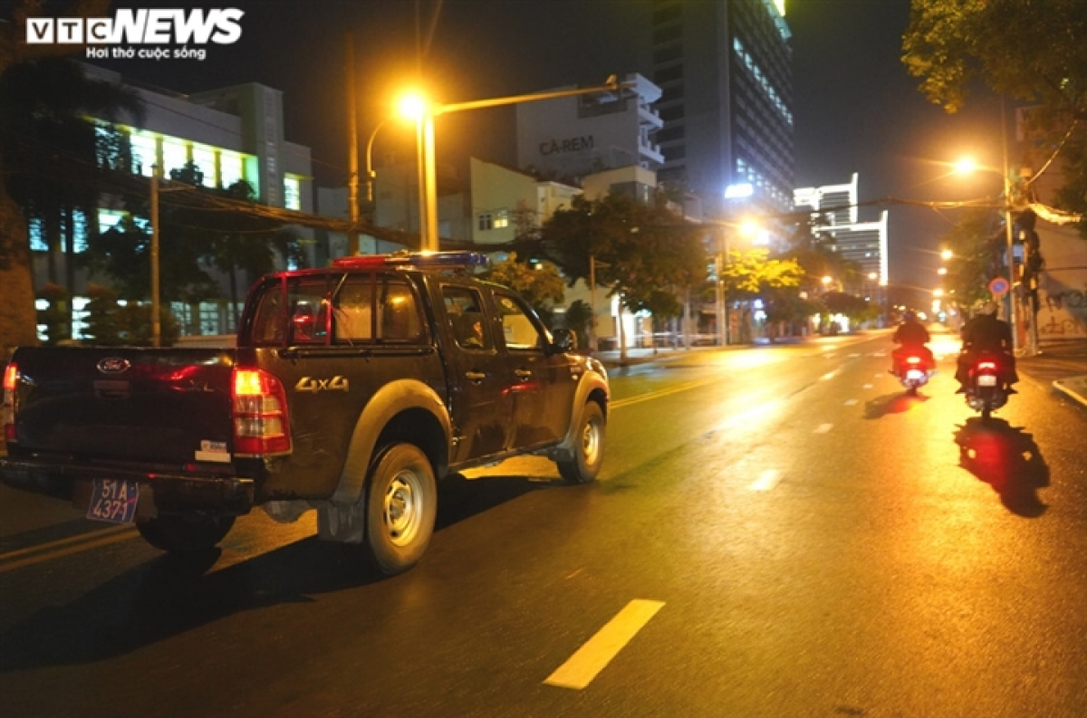 Policemen stationed in District 3 spend several sleepless nights patrolling the streets and transporting homeless people to social welfare centres.