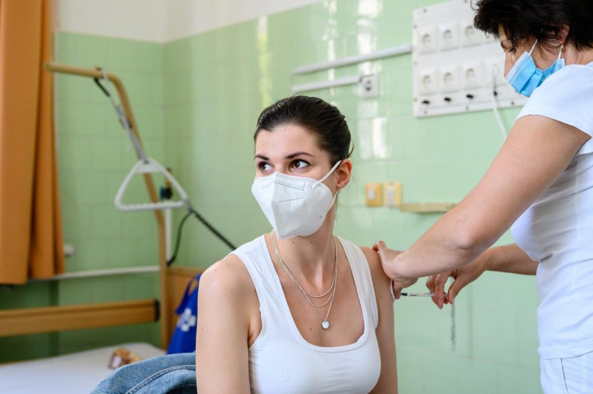 Hungary là quốc gia châu Âu đầu tiên tiêm mũi nhắc lại vaccine ngừa Covid-19. Ảnh: Hungary Today