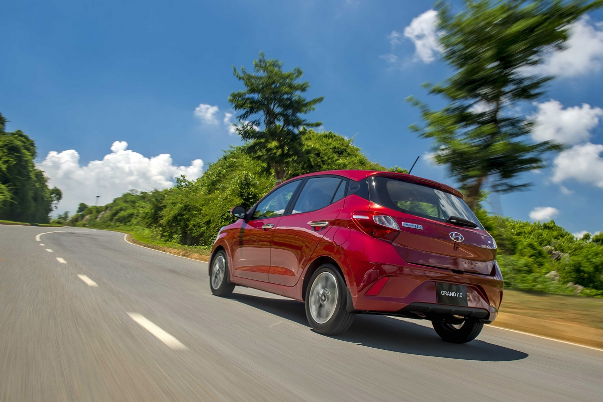 Về động cơ,Hyundai Grand i10 2021 loại bỏ động cơ xăng Kappa 1.0L (66 mã lực, 94 Nm) và chỉ giữ lại động cơ xăng Kappa 1.2L nhưng được tinh chỉnh cho công suất 83 mã lực, mô-men xoắn 114 Nm (ở phiên bản trước động cơ này sản sinh công suất 87 mã lực và mô-men xoắn 120 Nm). Đi cùng là tùy chọn hộp số tự động 4 cấp hoặc số sàn 5 cấp, hệ dẫn động cầu trước.