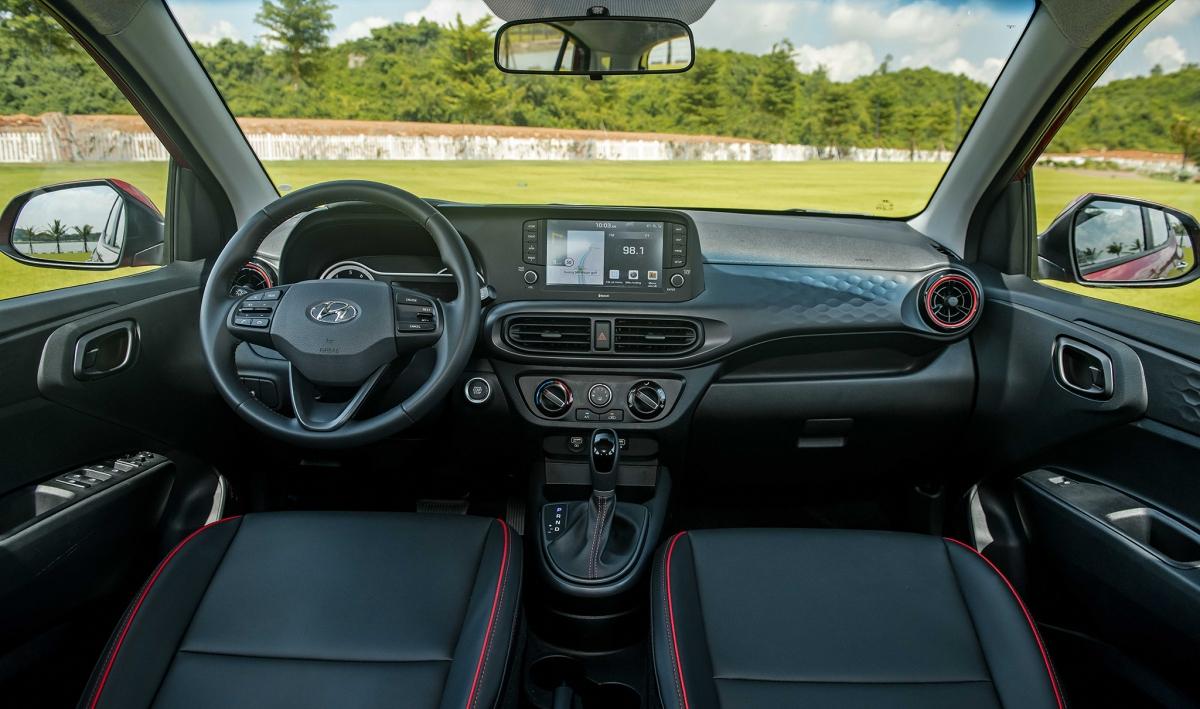 Cùng với ngoại thất, nội thất Hyundai Grand i10 2021 cũng được thiết kế lại với phong cách hiện đại, tiện nghi hơn. Nội thất xe sử dụng phong cách thiết kế HMI (Human Machine Interface), nổi bật với màn hình cảm ứng trung tâm kích cỡ 8 inch đa chức năng, hỗ trợ kết nối các chức năng Bluetooth/MP3/Radio, kết nối Apple Carplay và Android Auto... Đi cùng là cụm đồng hồ kỹ thuật sau vô-lăngloại semi-digital với màn hình thông tin dạng TFT kích thước 5,3 inch.
