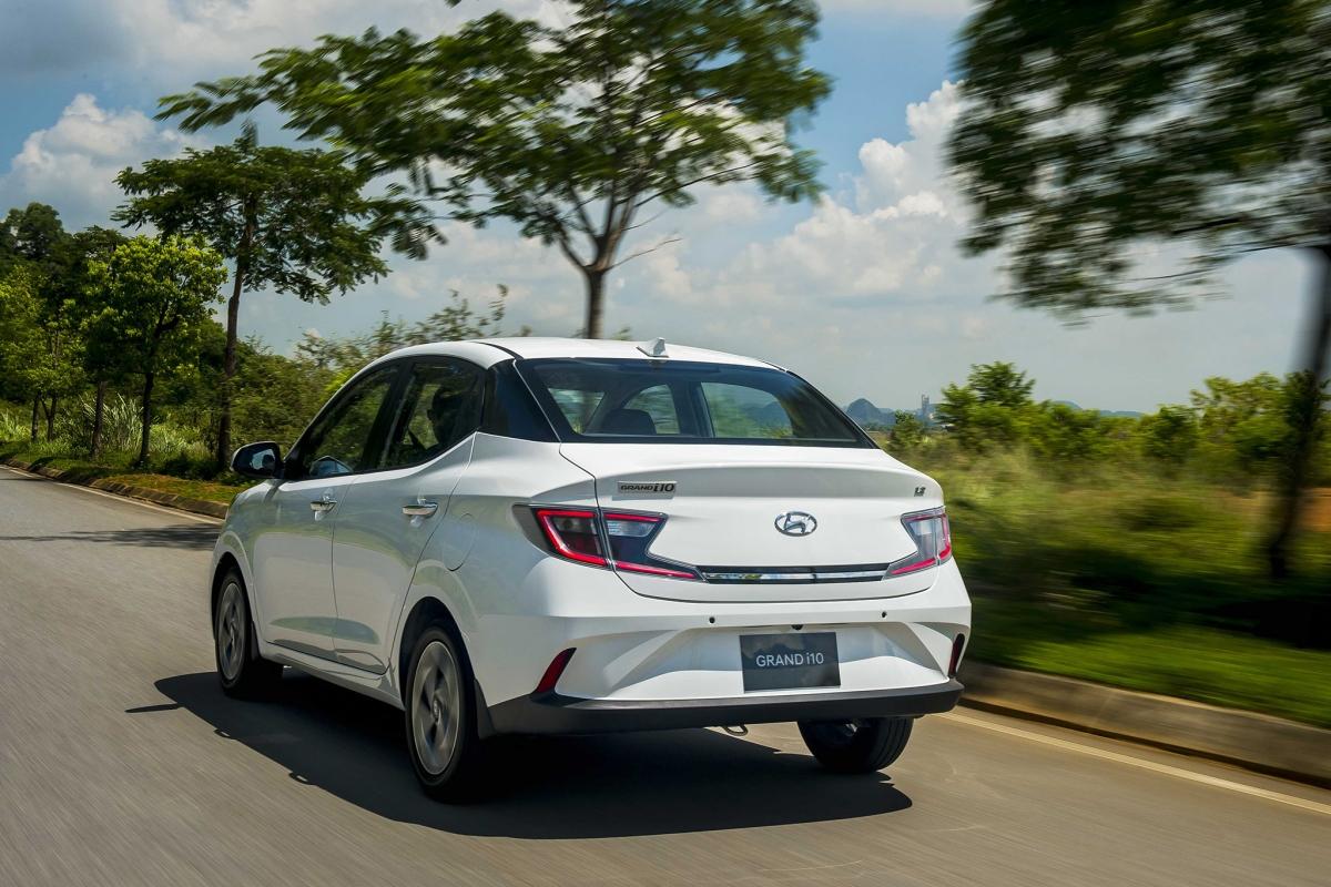Còn phiên bản sedan là cụm LED cách điệu tương ứng với cụm đèn chiếu sáng đem đến hiệu ứng ánh sáng đẹp mắt, đồng thời làm tăng thêm tính an toàn cho xe khi vận hành vào buổi tối.
