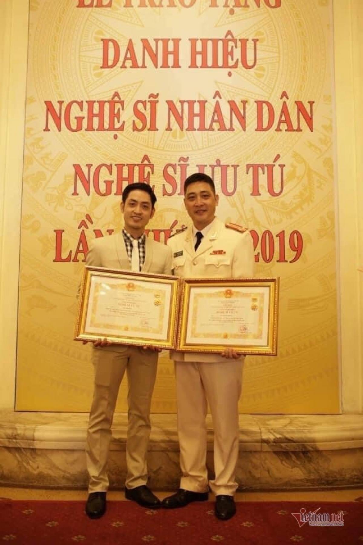 Hồ Phong cùng em trai được phong danh hiệu NSƯT năm 2019.
