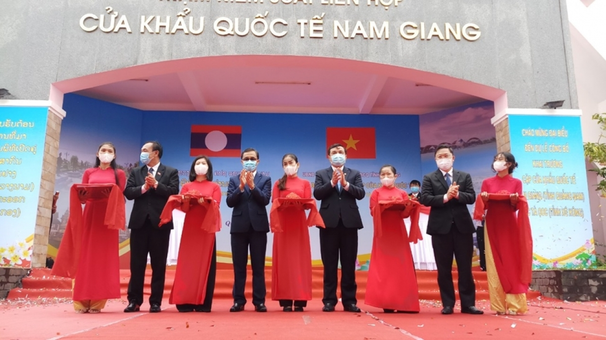 Representatives from the two provincesattend the ribbon cuttingceremony (Photo:qdnd.vn)