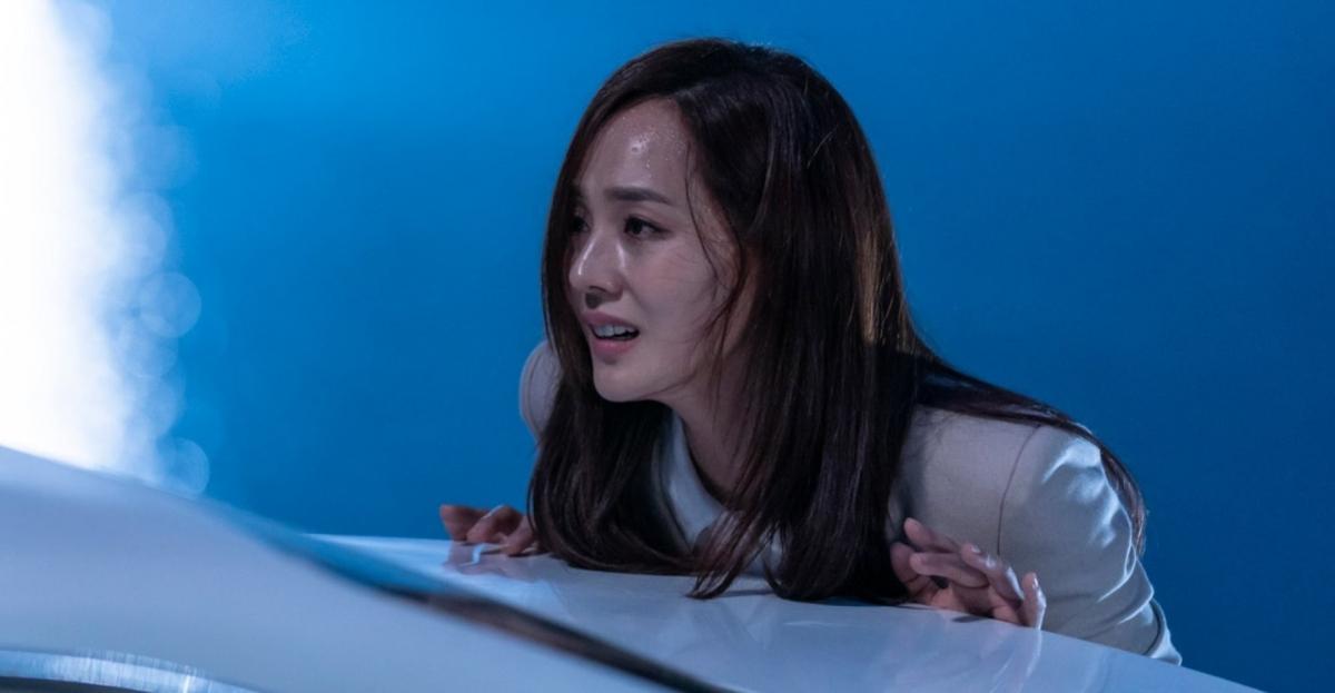 Oh Yoon Hee bị Cheon Seo Jin đẩy ngã xuống vực.