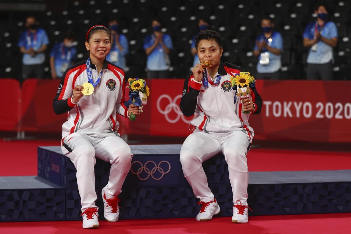 Greysia Polii/Apriyani Rahayu giành HCV đôi nữ môn cầu lông Olympic Tokyo cho đoàn Indonesia. (Ảnh: Reuters)