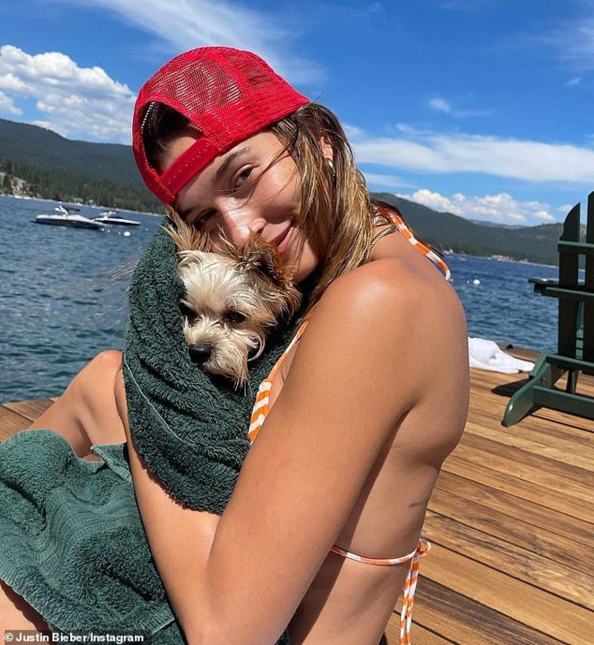 Hailey Baldwin tươi tắn dưới góc chụp của Justin Bieber.