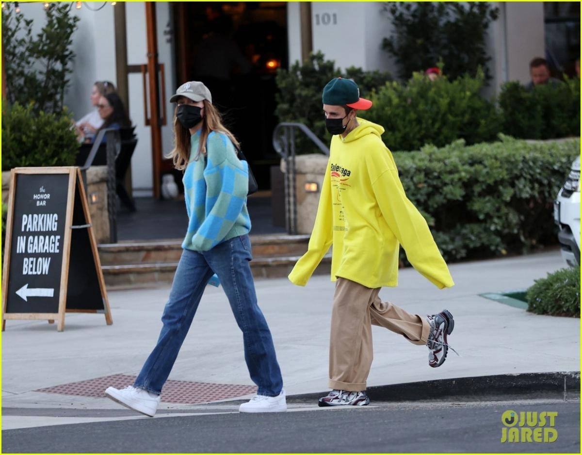 Những ngày qua, cặp đôi đang là tâm điểm chú ý của truyền thông khi một đoạn video lan truyền trên mạng xã hội được cho là Bieber đã có hành động quát mắng vợ ở nơi công cộng.