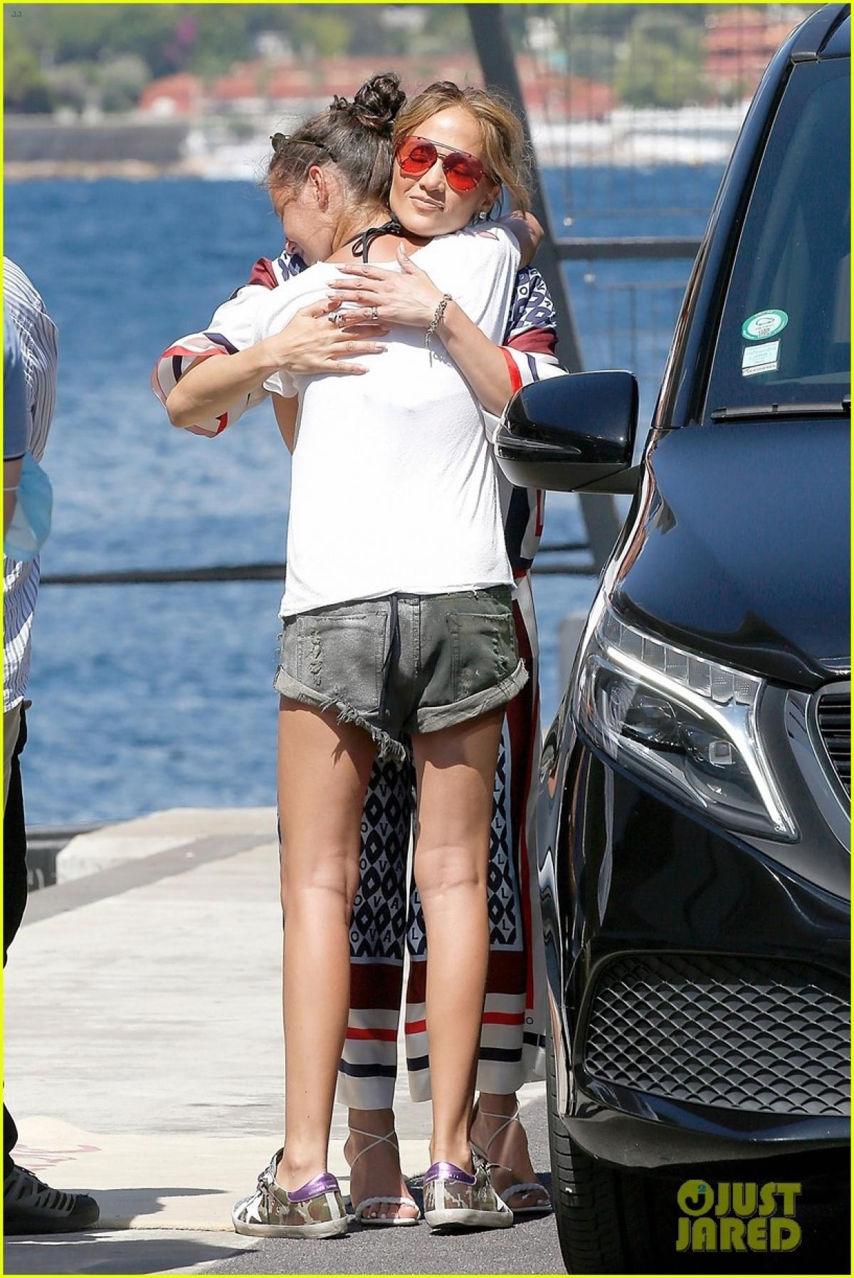 Nữ ca sĩ ôm tạm biệt một fan hâm mộ ngay trên du thuyền sang trọng.