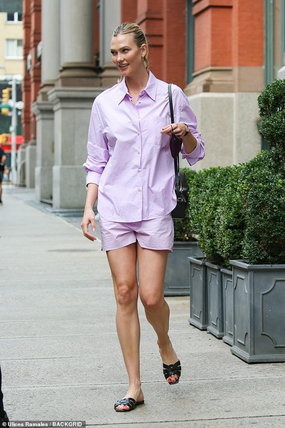 Siêu mẫu 29 tuổi diện áo sơ mi và quần shorts đồng màu, thu hút mọi ánh nhìn.