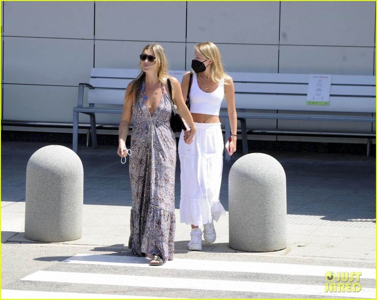 Hai mẹ con nắm tay tình cảm sải bước trên phố.Ở tuổi 47, Kate Moss vẫn rất trẻ trung, xinh đẹp.