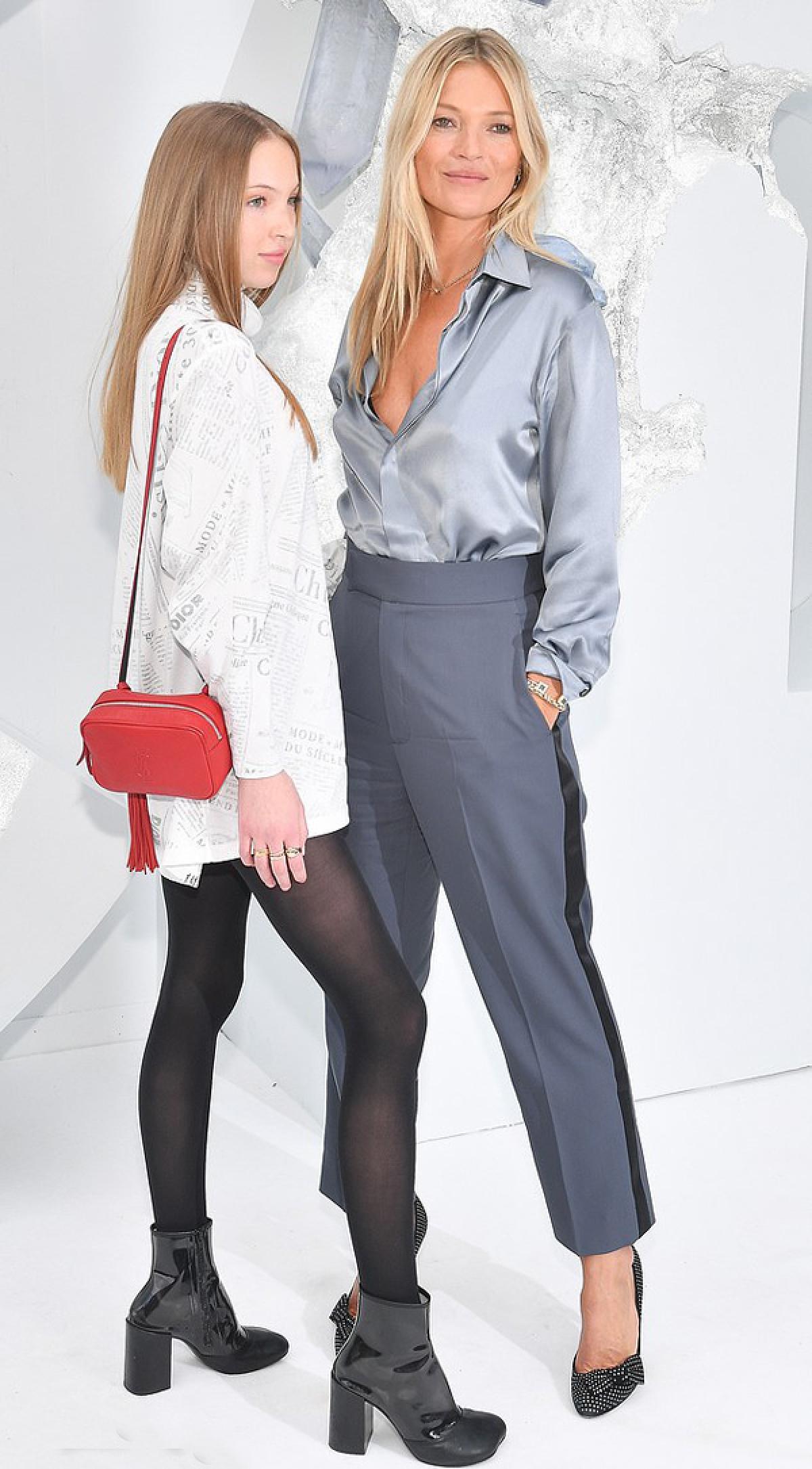 Cô bé cũng từng nối gót Kate Moss bước vào làng mẫu khi ký hợp đồng làm gương mặt đại diện cho dòng sản phẩm làm đẹp của Marc Jacobs vào tháng 10/2018.