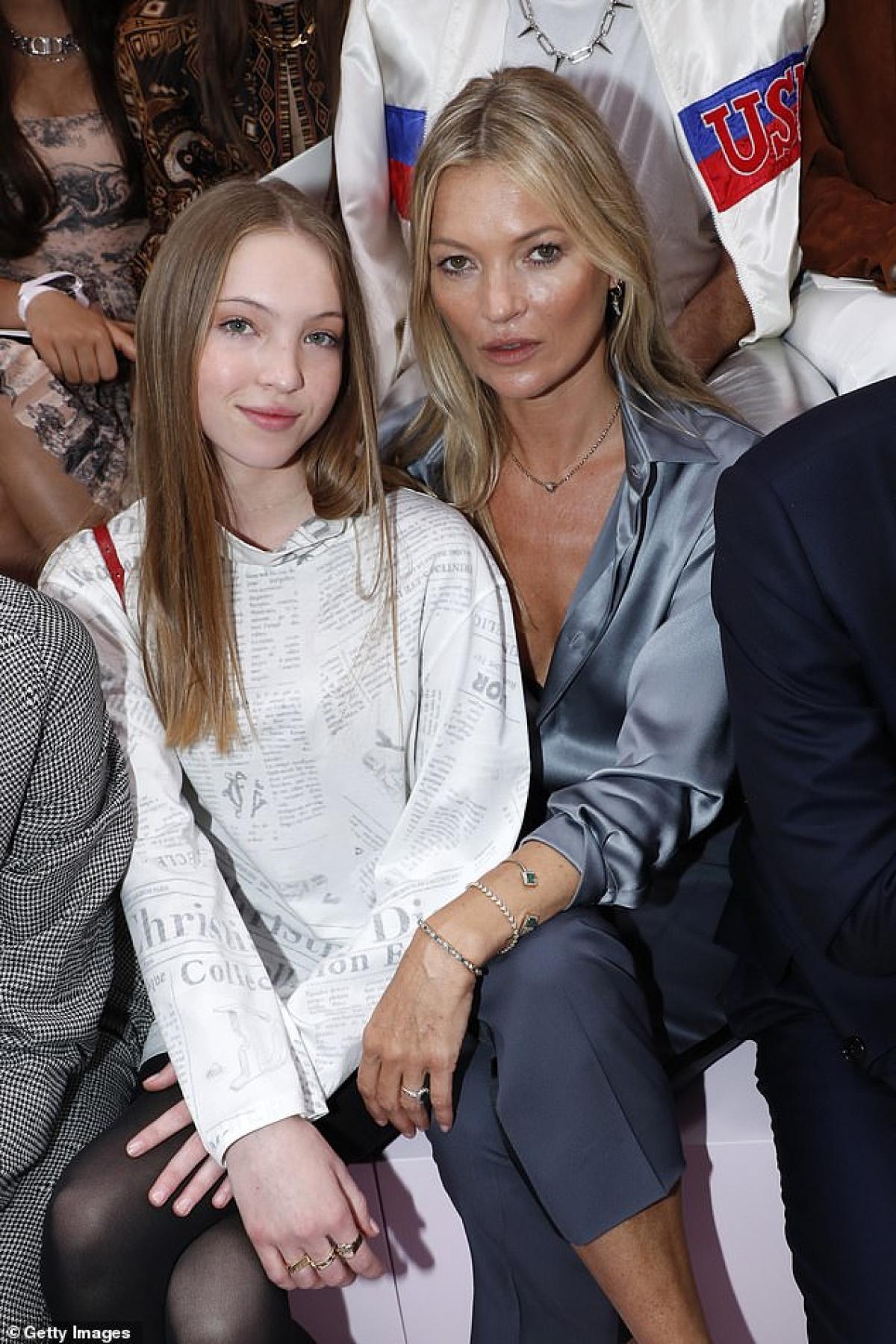 Từ khi Lily chính thức bước chân vào showbiz, Kate có thể tự hào đưa cô con gái xinh đẹp đi cùng khắp nơi./.