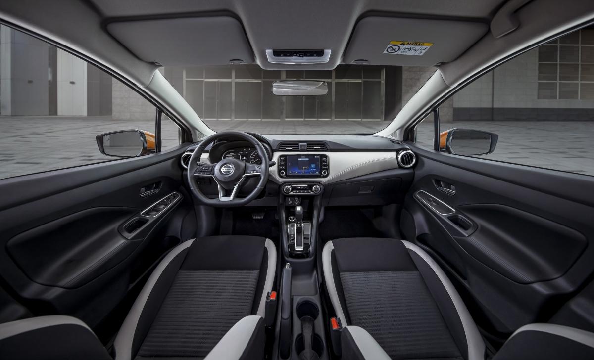 """Về nội thất, Nissan Almera được trang bị táp lô thiết kế """"Nissan Gliding Wing"""" - lấy cảm hứng từ đôi cánh chim ưng mở rộng.Vị trí trung tâm là màn hình giải trí A-IVI kích thước 8 inch, hỗ trợ kết nối Apple CarPlay và Bluetooth (trang bị này chỉ có trên phiên bản cao nhất)."""