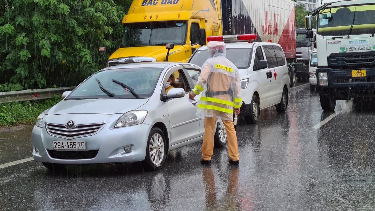 Lực lượng chức năng kiểm tra các phương tiện ra vào thành phố Hà Nội