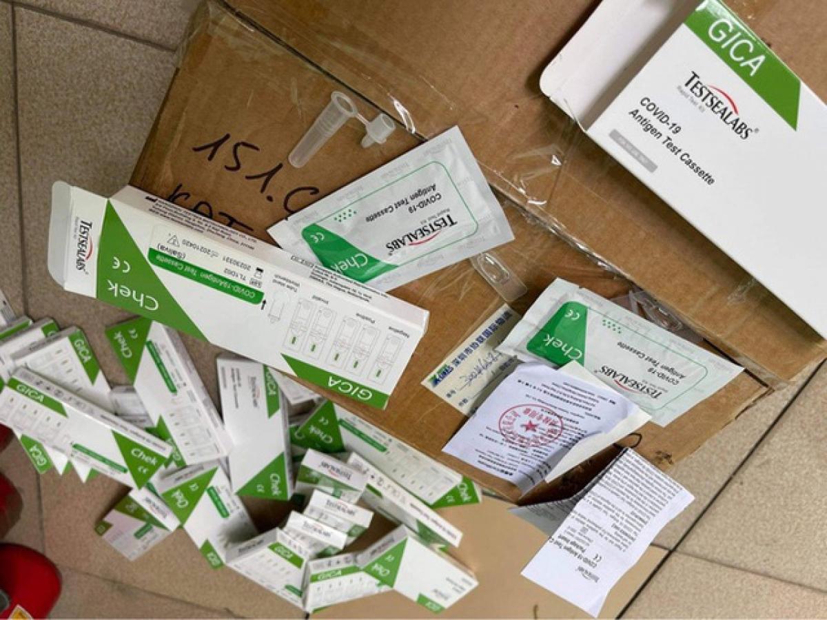 Mới đây, Cục Quản lý thị trường Hà Nội đã thu giữ 29 hộp test thử nhanh COVID-19 tại một cơ sở kinh doanh trang thiết bị y tế ở Hà Nội khi không xuất trình được hóa đơn chứng từ hợp pháp. (Ảnh: Dân trí)