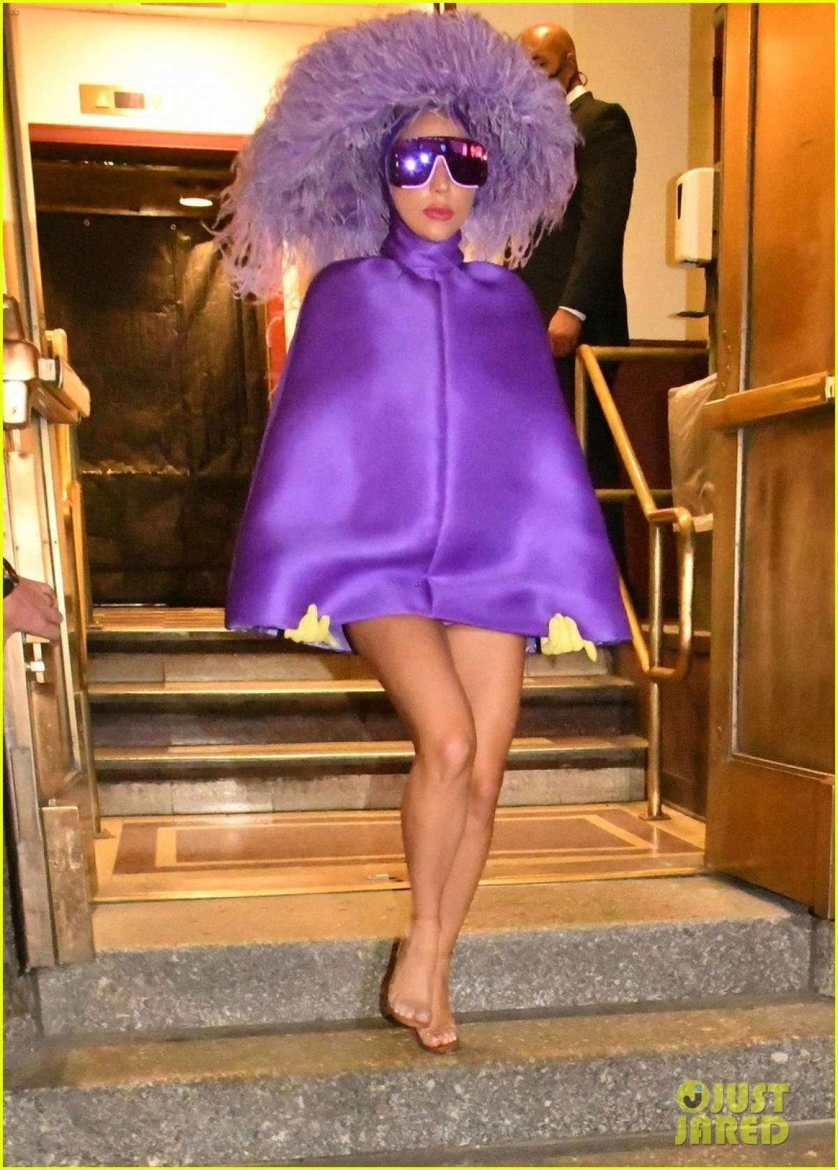 """Mới đây, Lady Gaga được vệ sĩ """"hộ tống"""" đến nhà hát Radio City Music Hall ở Manhattan, New York, để diễn tập cho buổi hòa nhạc sắp tới."""