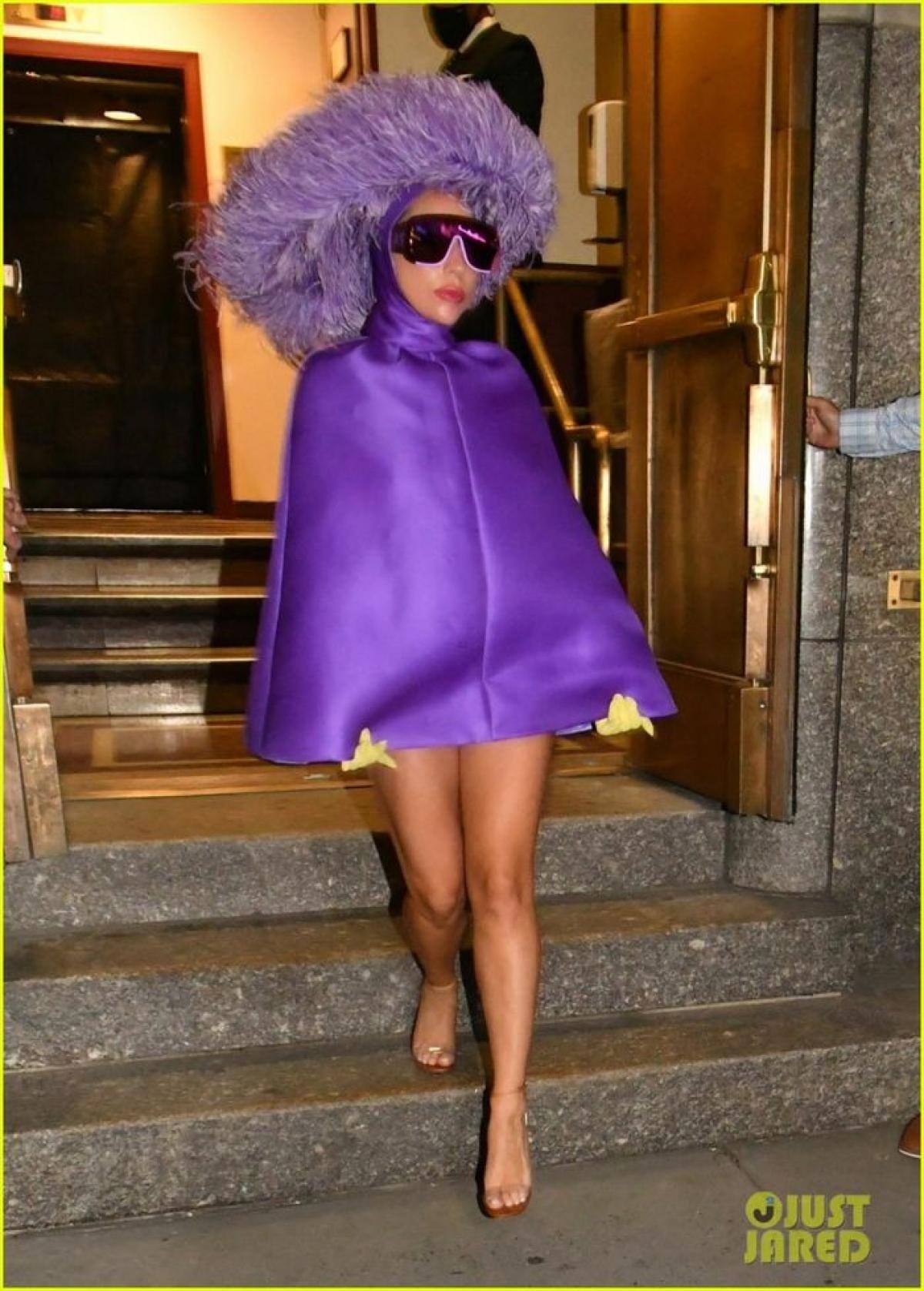 """Cách đây không lâu, Lady Gaga cũng ghi dấu ấn khi trở lại với phim trường. Lady Gaga hoàn toàn """"lột xác"""" khỏi hình tượng cô ca sĩ Ally trong """"A Star is Born"""", khoác lên mình một vai diễn nặng tâm lý và số phận phức tạp trong phim """"House Of Gucci""""."""