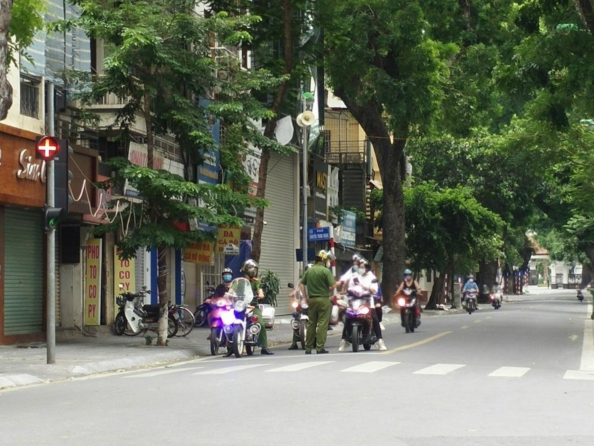 Công an Hà Nội xử phạt các trường hợp ra đường không có lý do chính đáng