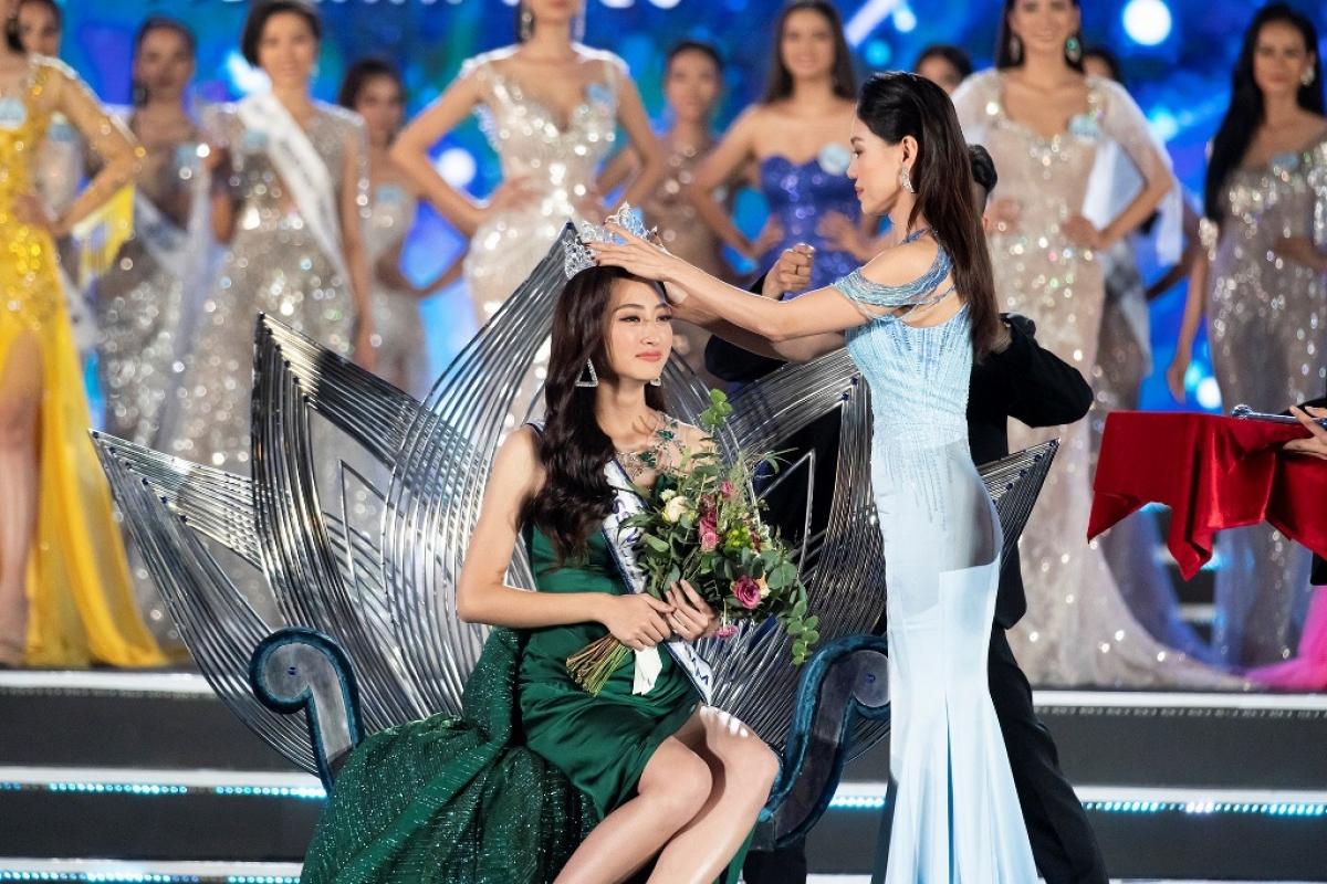 Hoa hậu Lương Thùy Linh xúc động trong giây phút đăng quang