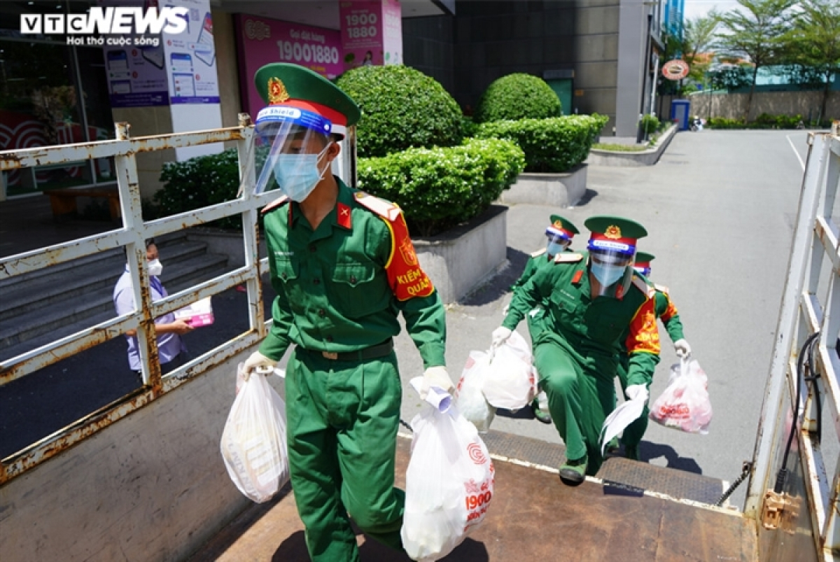 Military forces will continue to assist locals to go to the market during the tighter social distancing period implemented in Ho Chi Minh City for the ongoing COVID-19 fight.