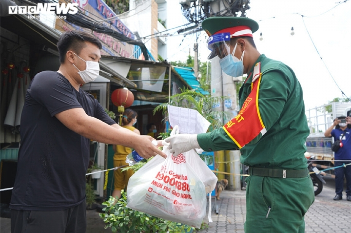 A local in Tan Thuan Tay ward of District 7 says he feels safe to remain at home as part of fighting the pandemic, while being able to receive enthusiastic support from military forces.