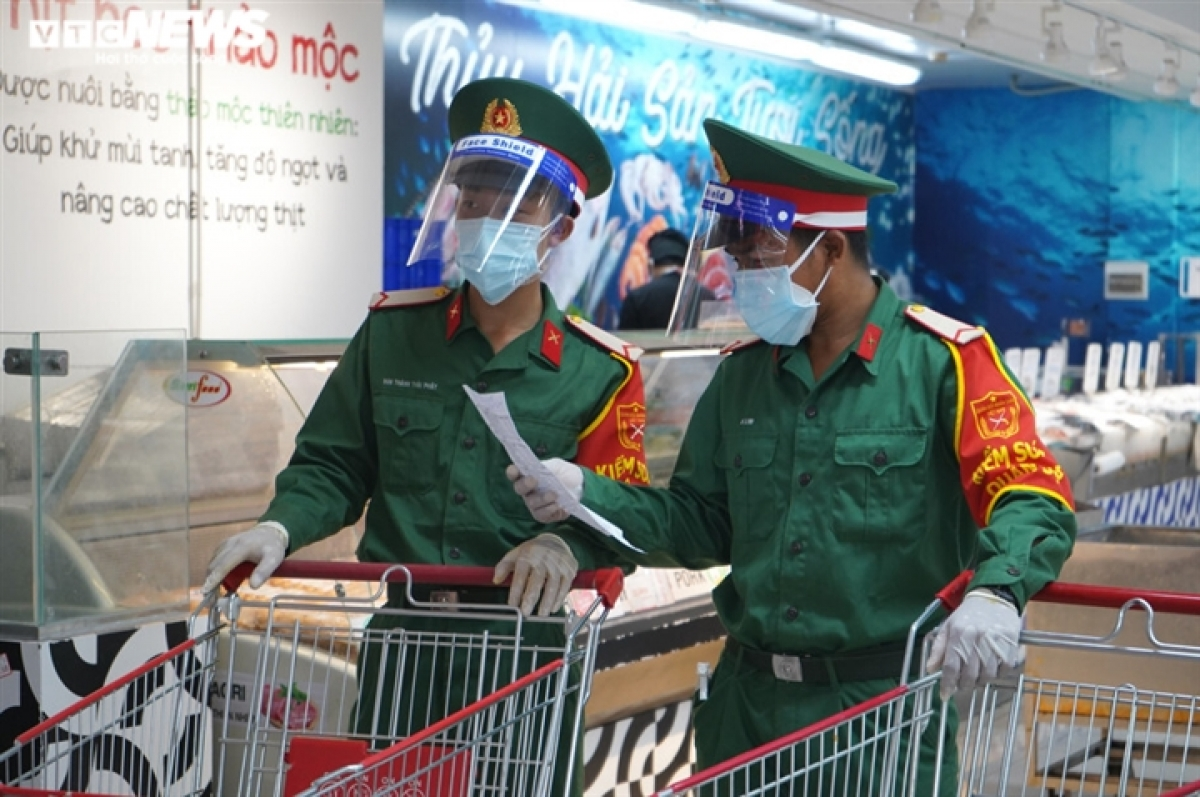 Military forces begin the process of shopping for residents on August 24, one day after they receive orders from residential groups.
