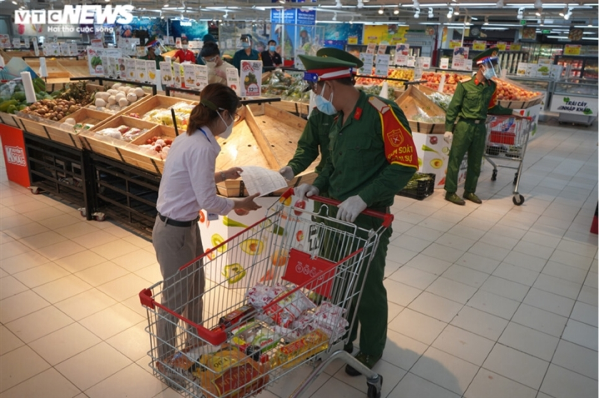 Go! supermarket on Nguyen Thi Thap street welcomes soldiers as their special guests.