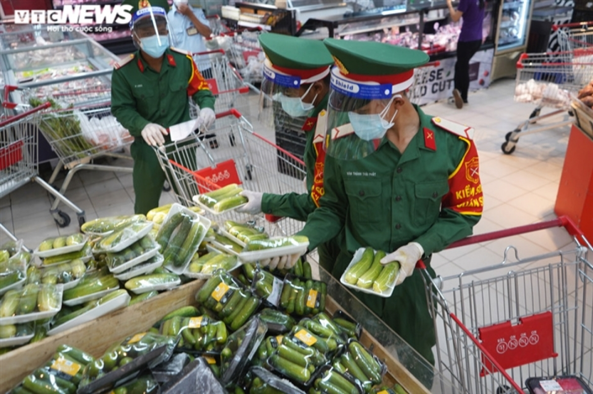 Soldiers purchase essential food, including combos ranging between VND300,000 and VND600,000 in price.