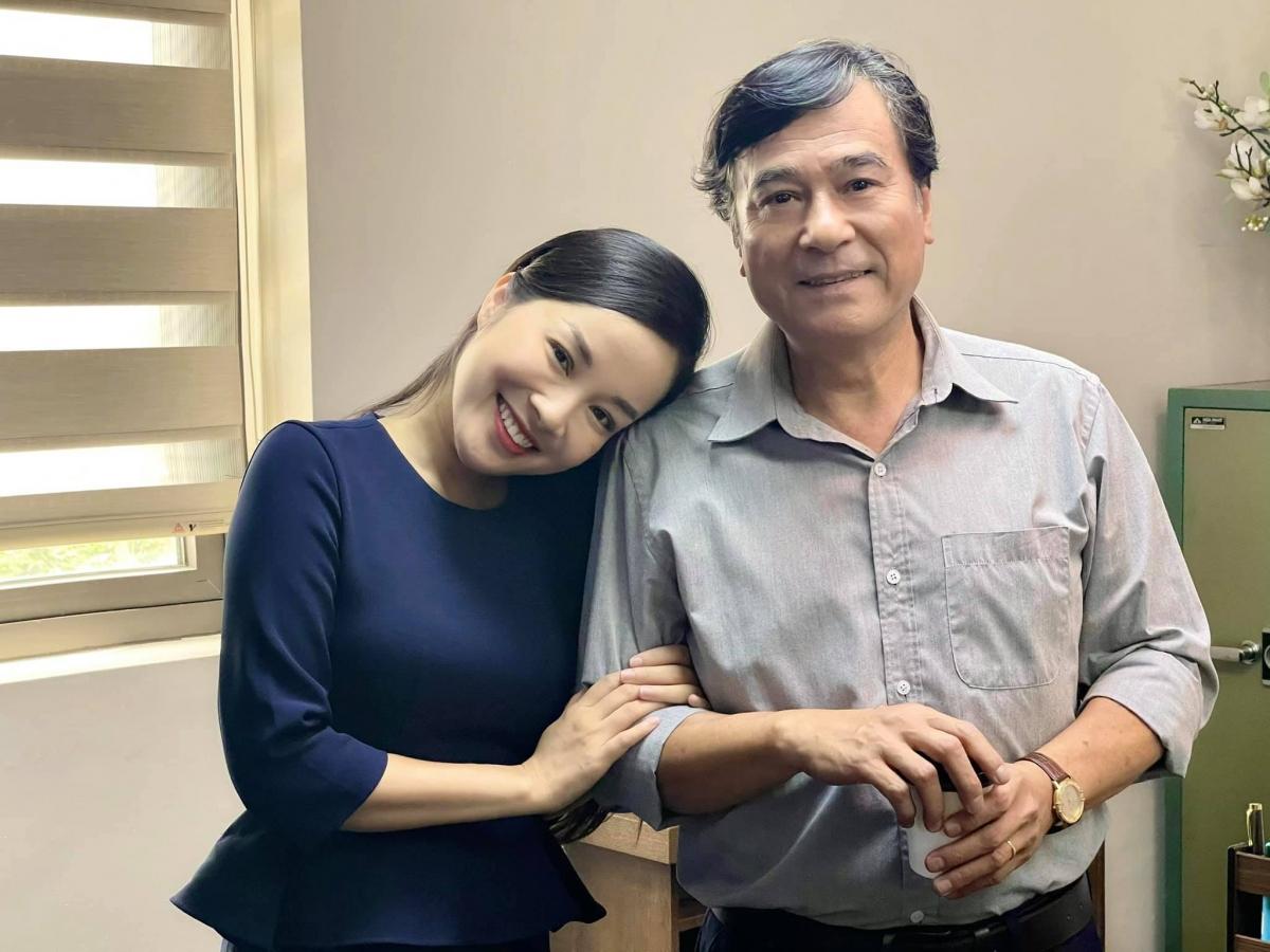 """NSND Mạnh Cường từng đóng vai """"bố Vàng Anh"""" giờ lại vào vai """"người yêu"""" của Thu do Minh Hương thủ vai."""
