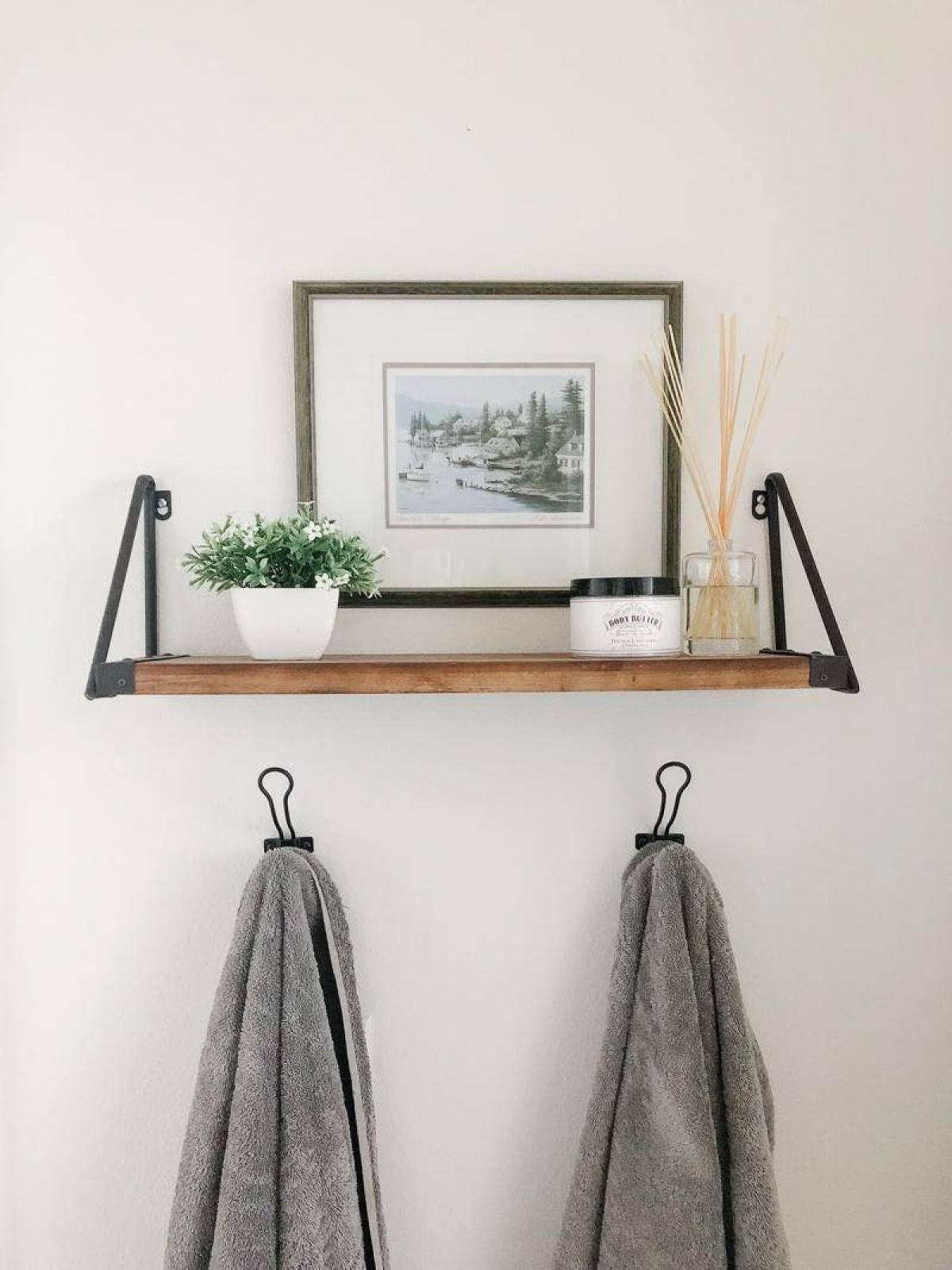 Trang trí thêm một số tác phẩm nghệ thuật treo tường cũng là cách để phòng tắm nhà bạn thêm sinh động, tinh tế hơn.