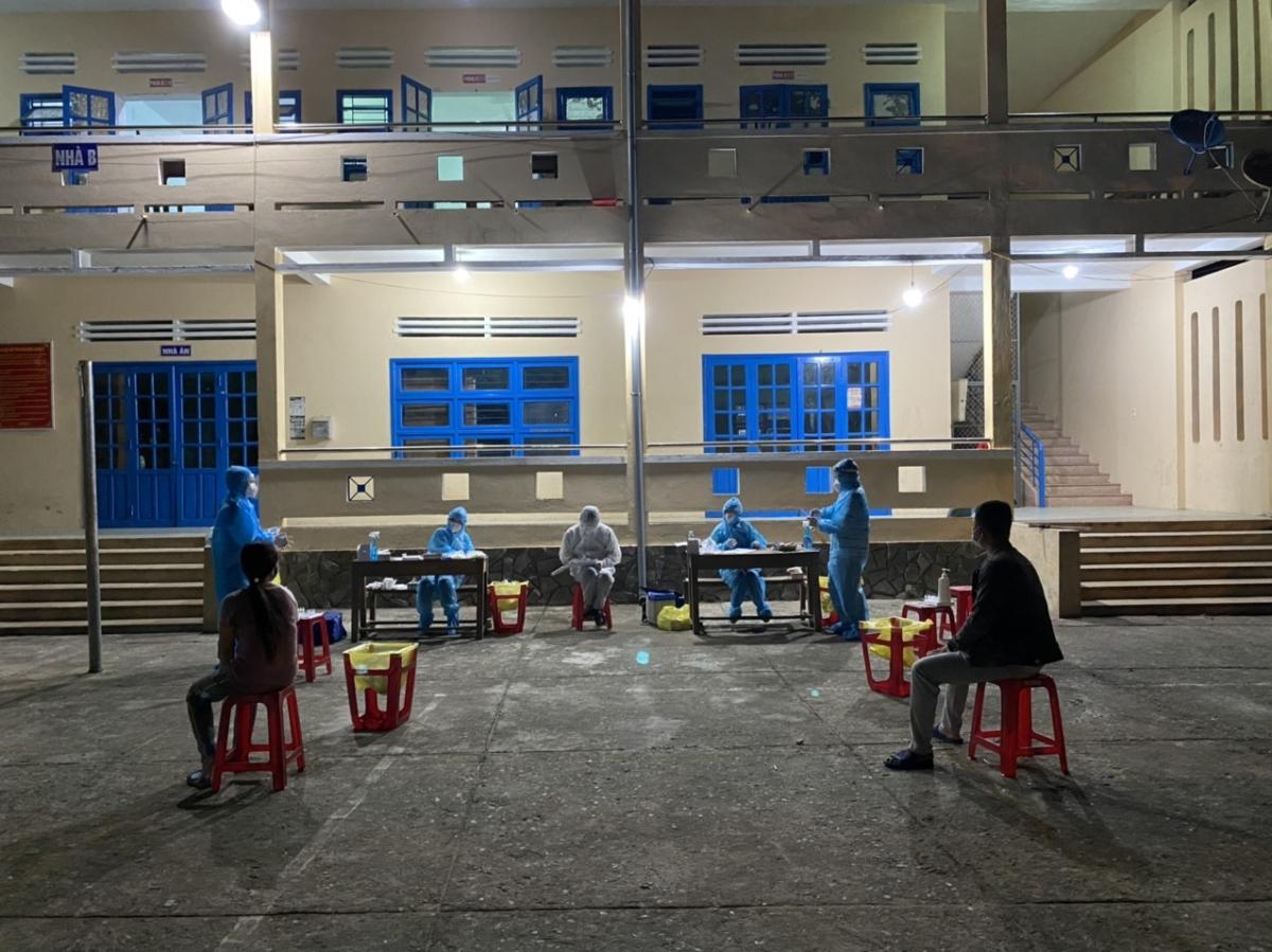 Ngay trong đêm 4/8, huyện Phước Sơn khẩn trương khoanh vùng, truy vết, điều tra dịch tễ trên toàn thị trấn Khâm Đức.